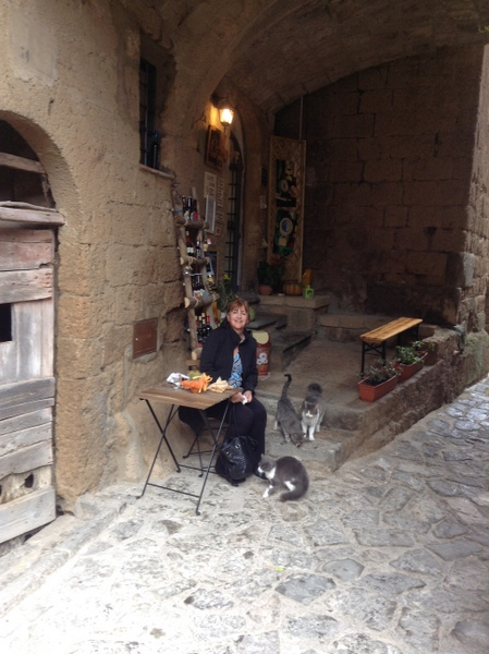 41-cat gallery-Italy-Civita di Bagnoregio-c2014 Debbie Murray-600pix